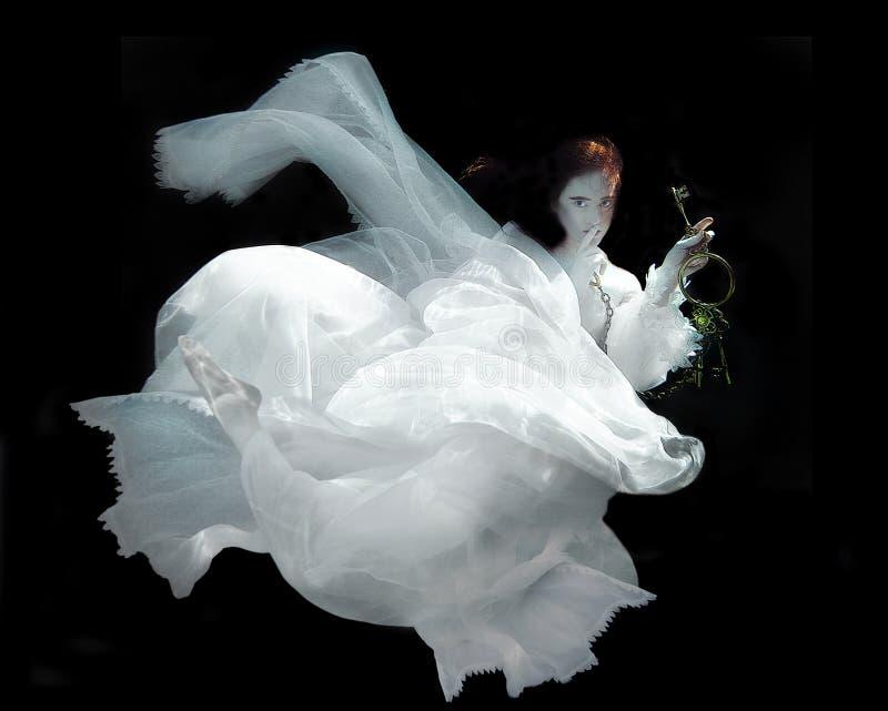 Vestido branco vestindo subaquático da mulher imagem de stock