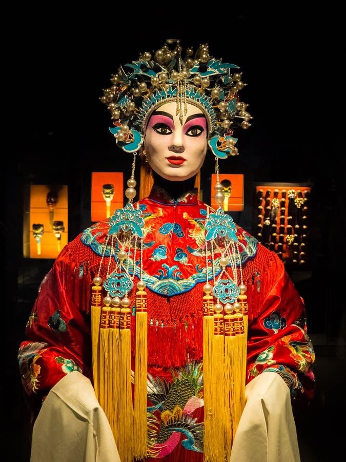 Vestido chinês da ópera do woth da boneca da mulher, cultural imagem de stock