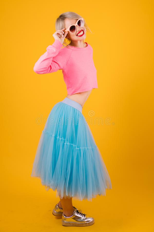Vestido colorido brillante de la mujer Humor del partido del verano foto de archivo libre de regalías