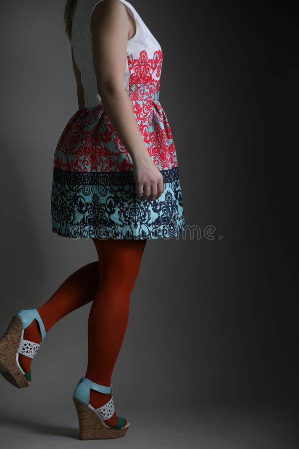 Vestido colorido elegante para mulheres no estúdio imagem de stock royalty free