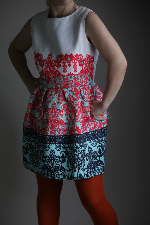 Vestido colorido elegante para mulheres no estúdio foto de stock