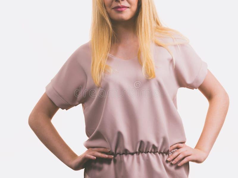 Vestido cor-de-rosa ocasional vestindo f?mea da t?nica foto de stock