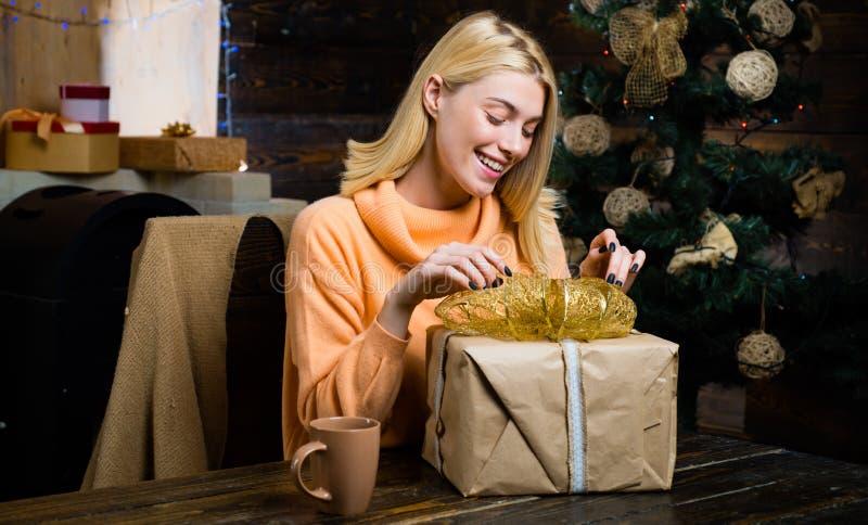 Vestido da mulher do Natal Careta cômica louco Feliz Natal e ano novo feliz Menina engraçada do Natal Abra a boca HOME fotografia de stock royalty free
