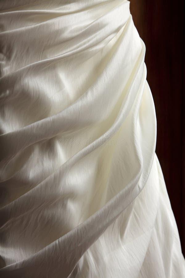 Vestido das noivas do cetim fotografia de stock