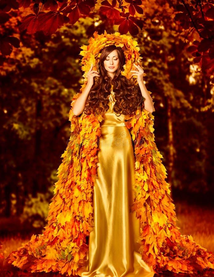 Vestido de Autumn Fashion Woman Fall Leaves, capa al aire libre de la hoja imagenes de archivo