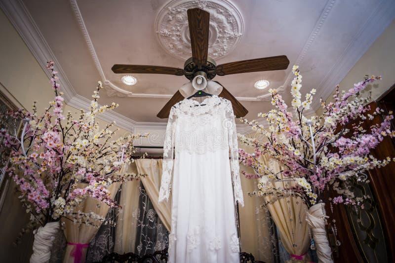Download Vestido de boda imagen de archivo. Imagen de flores, alineada - 41912645