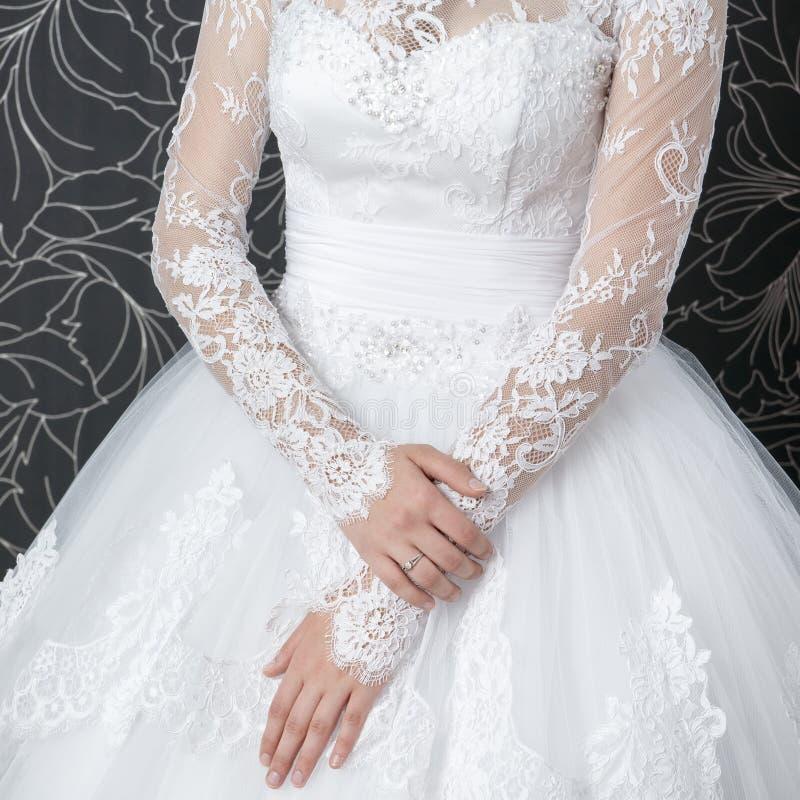 Vestido de boda blanco del cordón con las mangas largas foto de archivo libre de regalías