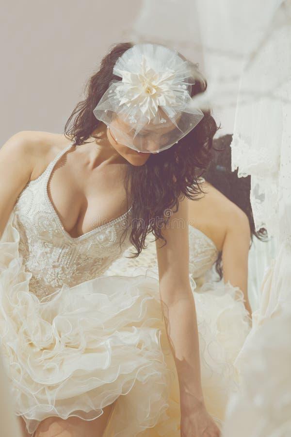 Vestido de boda blanco del modelo de moda que cabe fotografía de archivo libre de regalías