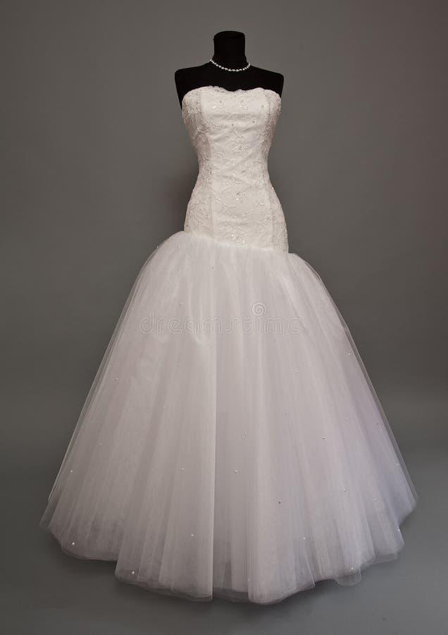 Vestido de boda blanco en un maniquí fotos de archivo libres de regalías