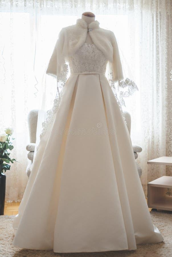Vestido de boda blanco en un maniqu? en el cuarto imagen de archivo