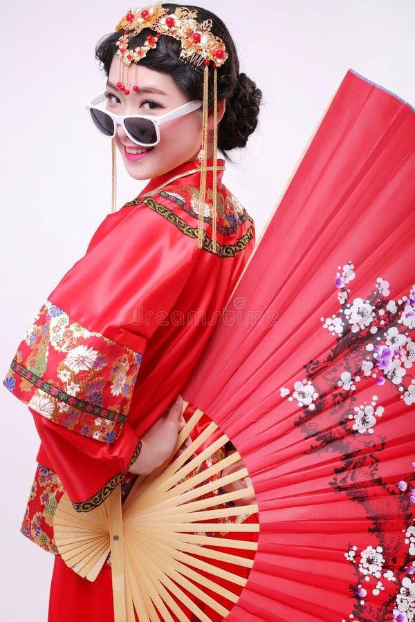 Vestido de boda chino y una novia hermosa fotos de archivo