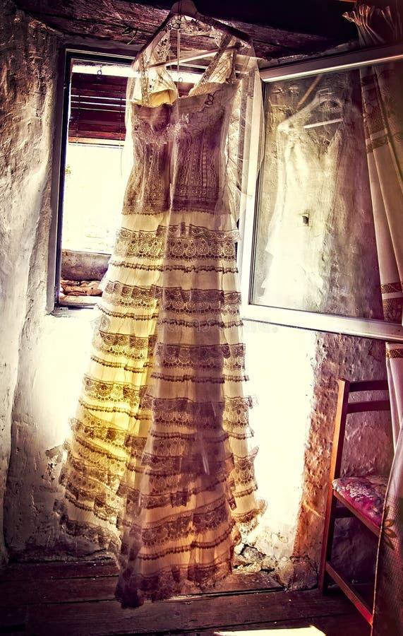 Vestido de boda en la ventana imágenes de archivo libres de regalías