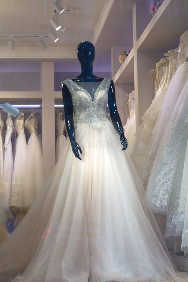 Vestido de boda hermoso en la ventana de la tienda foto de archivo libre de regalías