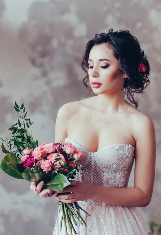 Vestido de boda de lujo del maquillaje del peinado de la boda fotos de archivo libres de regalías