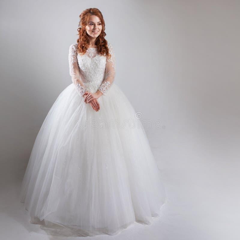 Vestido de boda magnífico con una crinolina, estilo clásico novia de la mujer en vestido de boda pródigo Fondo ligero imágenes de archivo libres de regalías