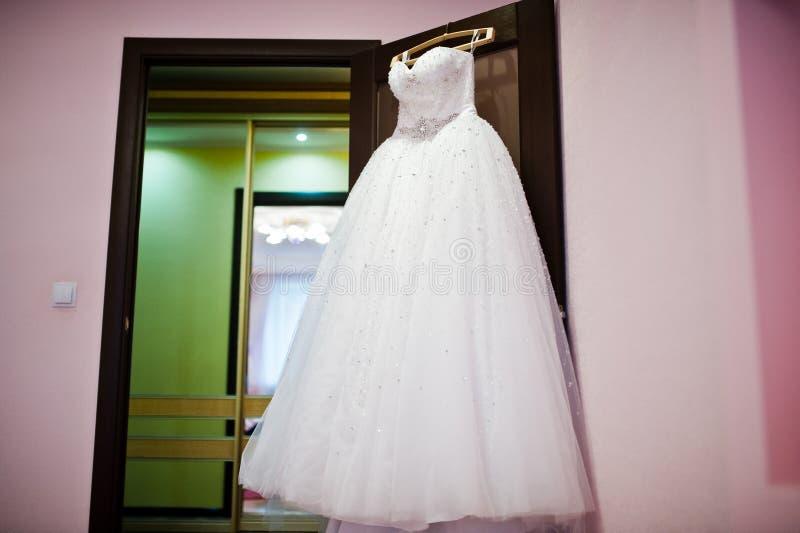 Vestido de boda magnífico en la suspensión imagen de archivo libre de regalías