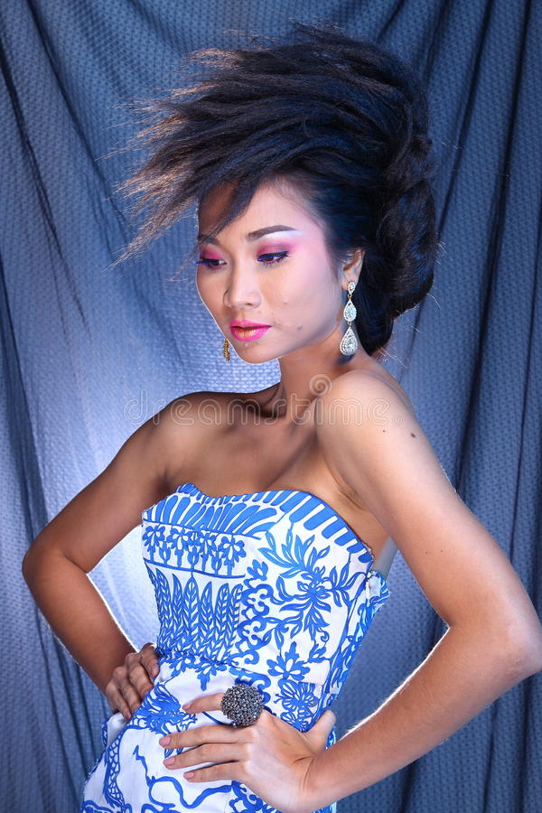 Vestido de bola azul do vestido de noite na mulher bonita asiática com fashi fotografia de stock