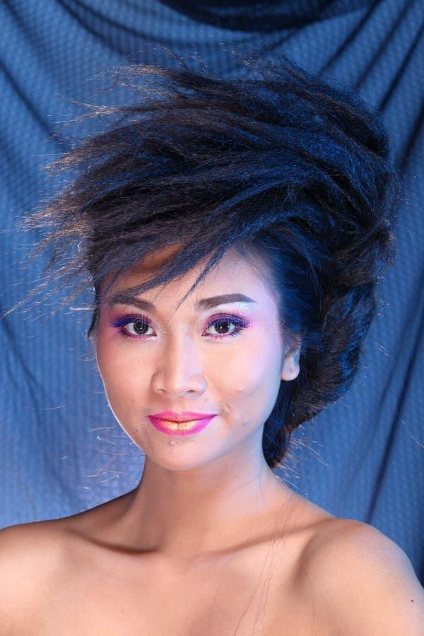 Vestido de bola azul do vestido de noite na mulher bonita asiática com fashi fotos de stock royalty free