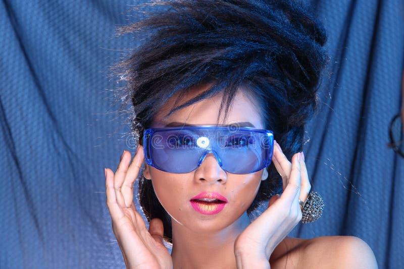 Vestido de bola azul do vestido de noite na mulher bonita asiática com fashi imagens de stock royalty free