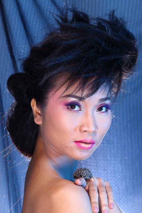 Vestido de bola azul do vestido de noite na mulher bonita asiática com fashi imagem de stock royalty free