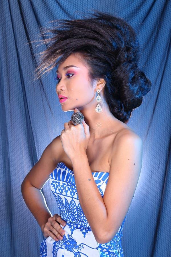 Vestido de bola azul do vestido de noite na mulher bonita asiática com fashi fotos de stock