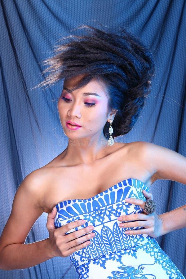 Vestido de bola azul do vestido de noite na mulher bonita asiática com fashi foto de stock royalty free