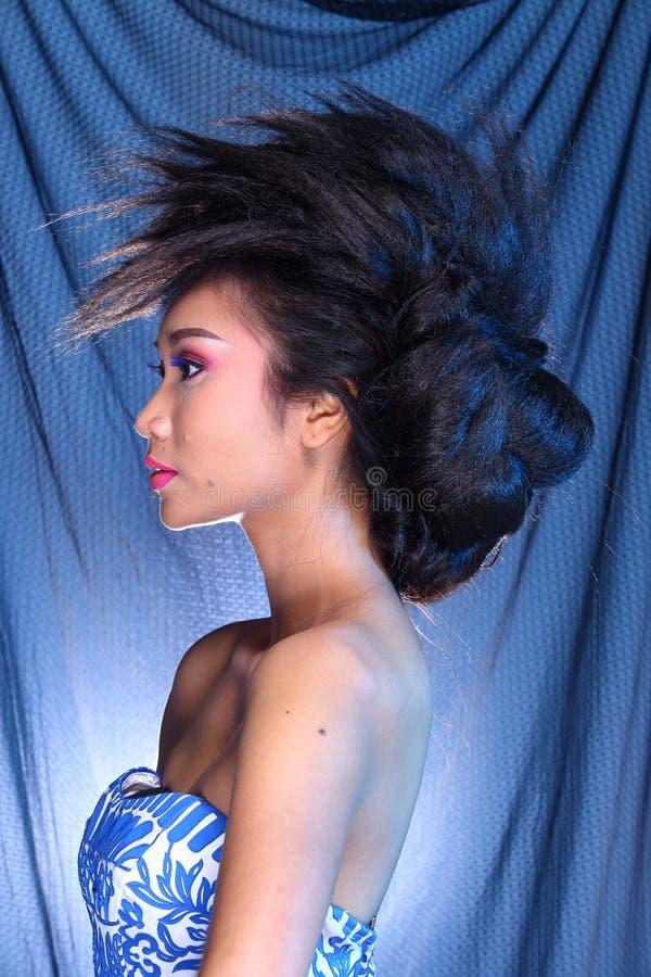 Vestido de bola azul do vestido de noite na mulher bonita asiática com fashi imagens de stock