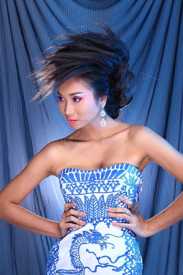 Vestido de bola azul do vestido de noite na mulher bonita asiática com fashi imagem de stock
