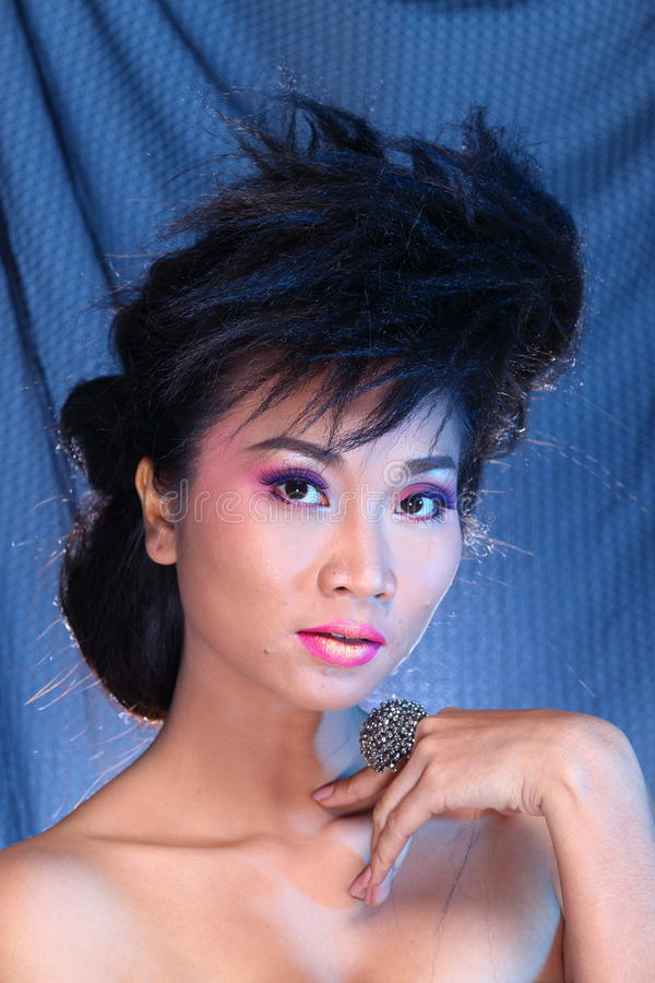 Vestido de bola azul do vestido de noite na mulher bonita asiática com fashi fotografia de stock royalty free