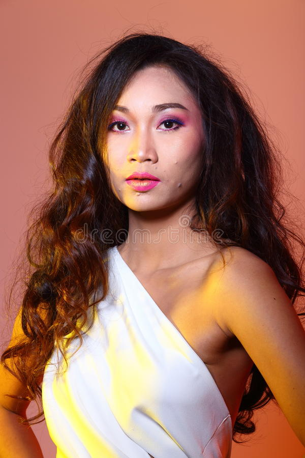 Vestido de bola branco do vestido de noite na mulher bonita asiática com arrelia foto de stock royalty free
