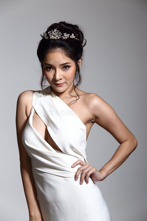 Vestido de bola do vestido de noite na mulher bonita asiática com forma miliampère imagem de stock