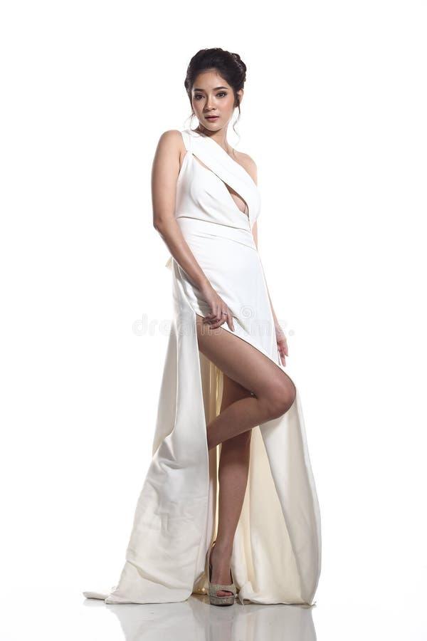 Vestido de bola do vestido de noite na mulher bonita asiática com forma miliampère foto de stock