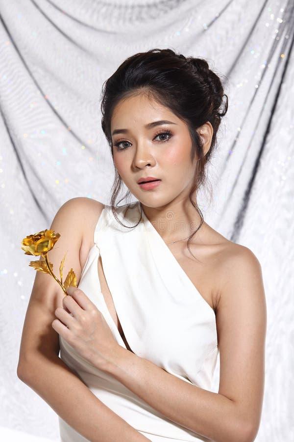 Vestido de bola do vestido de noite na mulher bonita asiática com forma miliampère fotos de stock royalty free