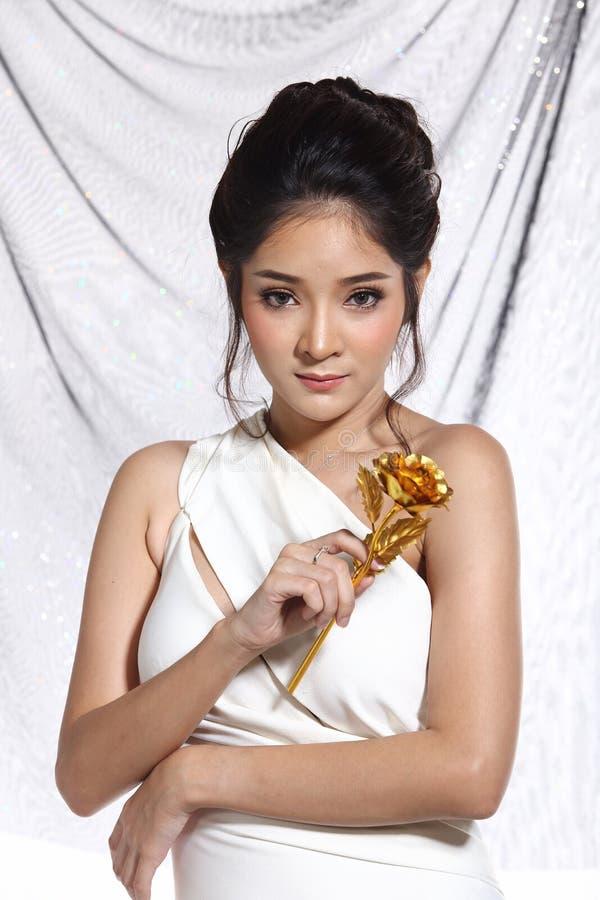 Vestido de bola do vestido de noite na mulher bonita asiática com forma miliampère imagem de stock royalty free