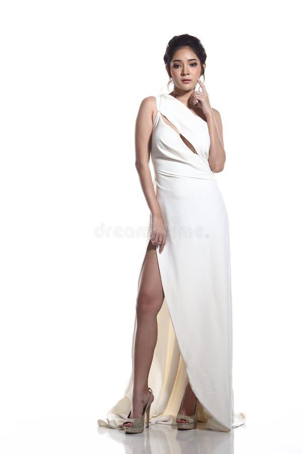Vestido de bola do vestido de noite na mulher bonita asiática com forma miliampère fotos de stock