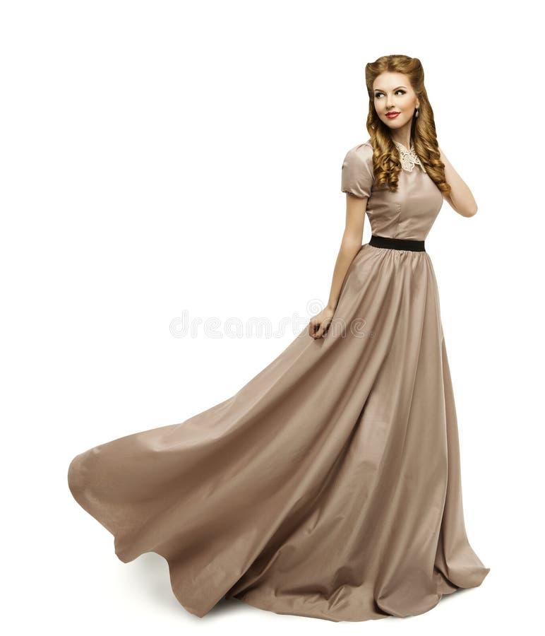 Vestido de Brown de la mujer, modelo de moda en el vestido largo que da vuelta blanco fotografía de archivo
