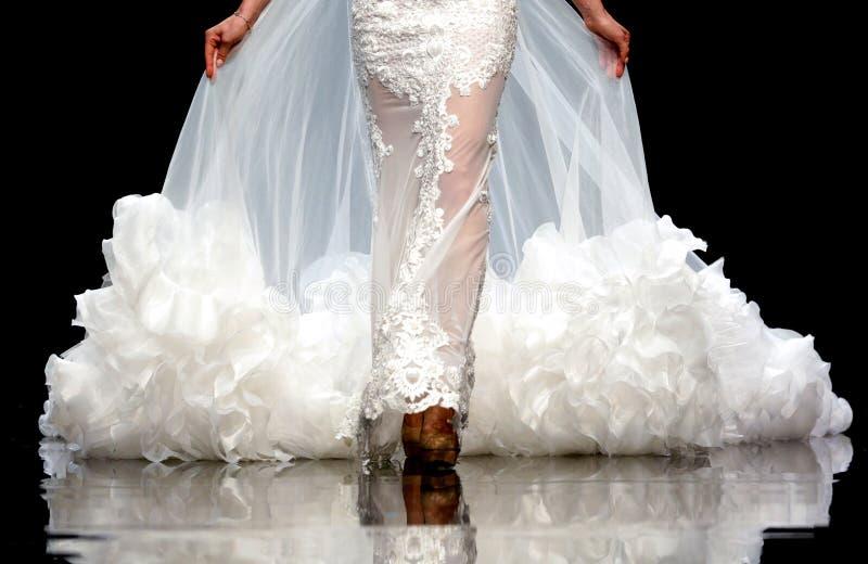 Vestido de casamento bonito da pista de decolagem do desfile de moda foto de stock royalty free
