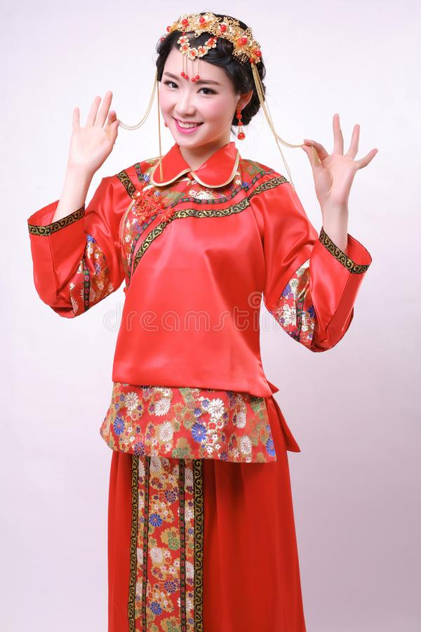 Vestido de casamento chinês e uma noiva bonita imagem de stock