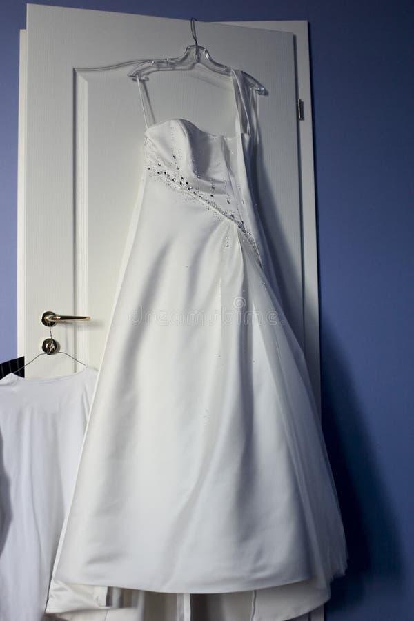 Vestido de casamento de espera fotografia de stock royalty free