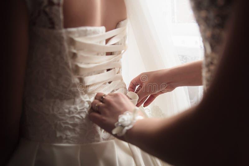 Vestido de casamento do laço-acima Vestido branco da noiva foto de stock royalty free