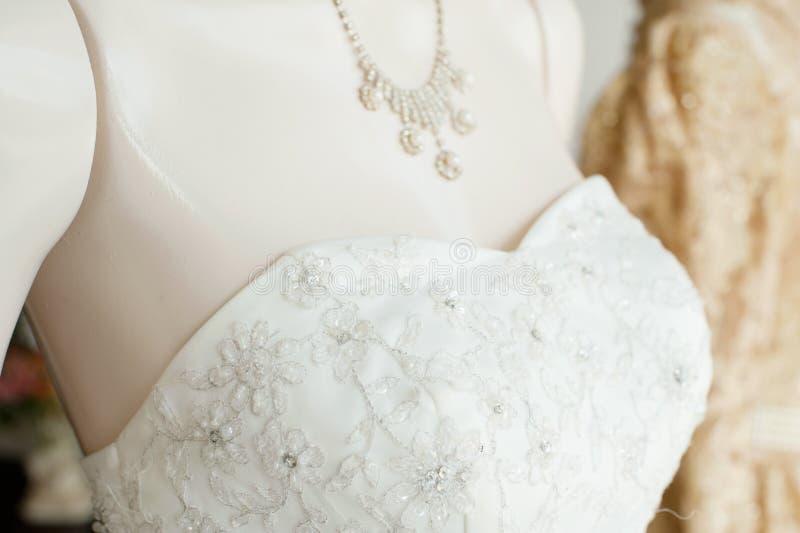 Vestido de casamento em um manequim imagens de stock royalty free