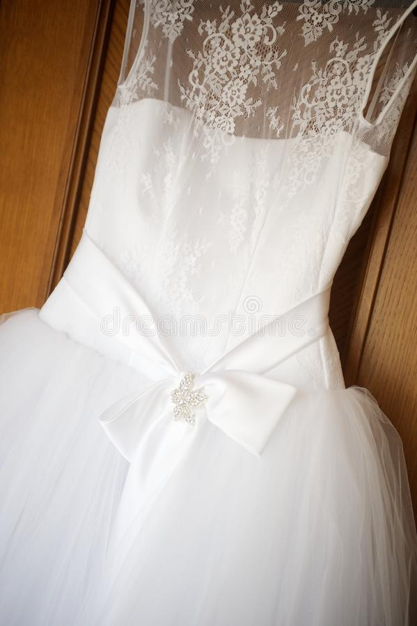 Vestido de casamento luxuoso com saia do tule foto de stock