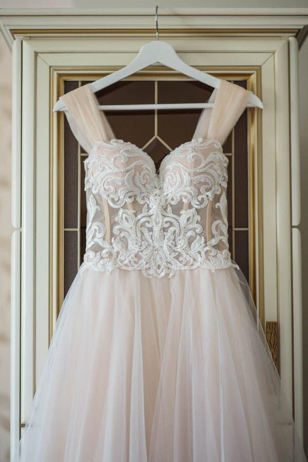 Vestido de casamento no gancho em uma parede Vestido bonito fotografia de stock royalty free