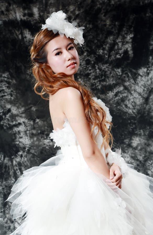 Vestido de casamento vestindo da noiva imagens de stock royalty free
