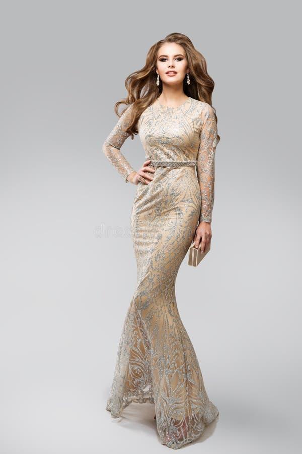 Vestido de Evening Glittering Silver del modelo de moda, mujer elegante del encanto en el vestido chispeante, retrato del estudio imágenes de archivo libres de regalías