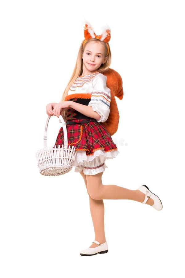 Vestido de la ardilla de la muchacha que lleva bonita imagen de archivo libre de regalías