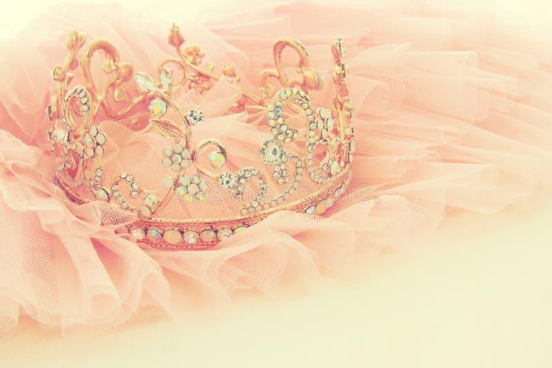 Vestido de la gasa del rosa de Tulle del vintage y tiara del diamante en la tabla blanca de madera Boda y girl& x27; concepto del fotos de archivo