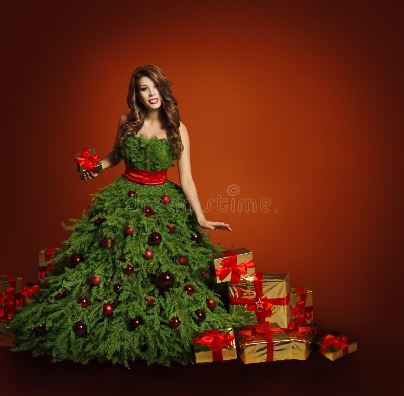Vestido de la mujer de la moda del árbol de navidad, Girl modelo, presentes del rojo imágenes de archivo libres de regalías