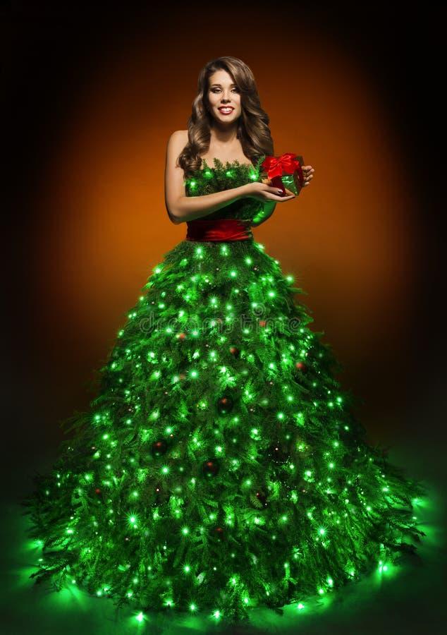 Vestido de la mujer del árbol de navidad, muchacha de la moda en la iluminación del vestido de Navidad fotos de archivo libres de regalías