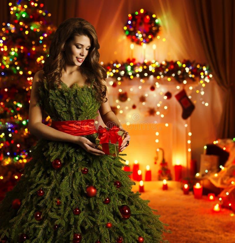 Vestido de la mujer del árbol de navidad, vestido creativo de Navidad de la muchacha de la moda foto de archivo libre de regalías